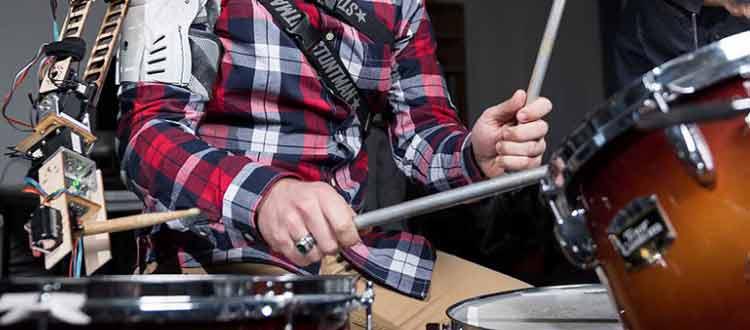 Le troisième bras du batteur percussionniste